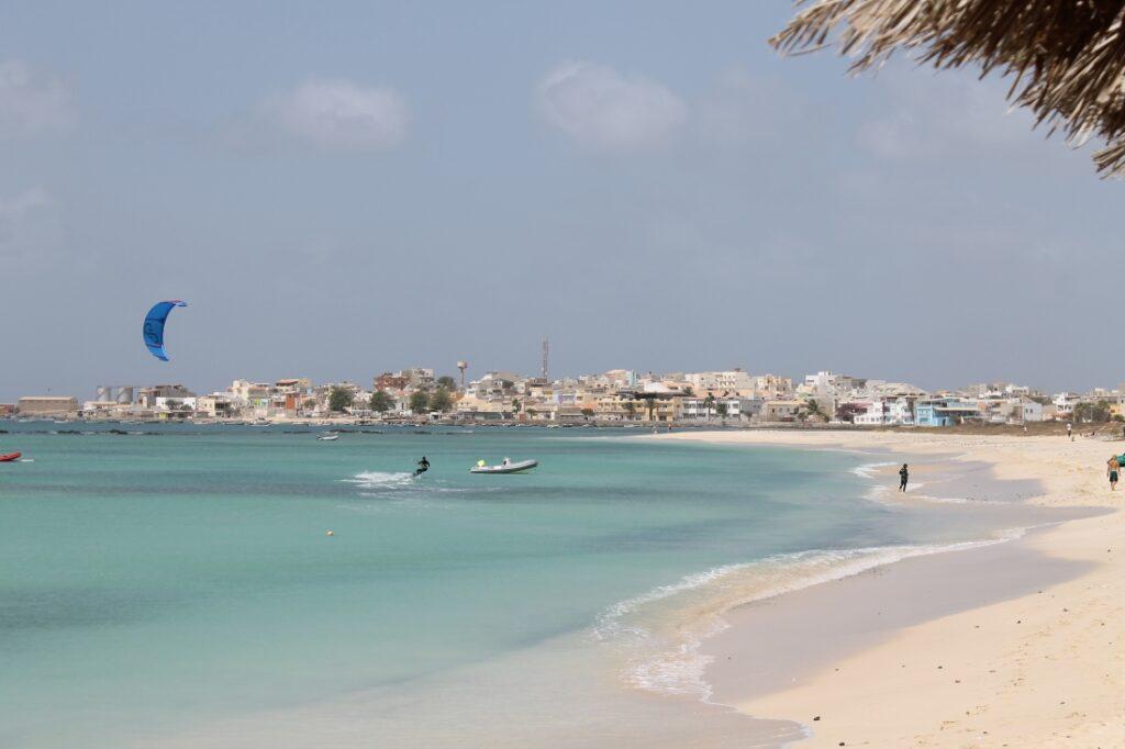 Belle plage de sable blanc et eau cristalline sur l'île de Boa Vista au Cap Vert