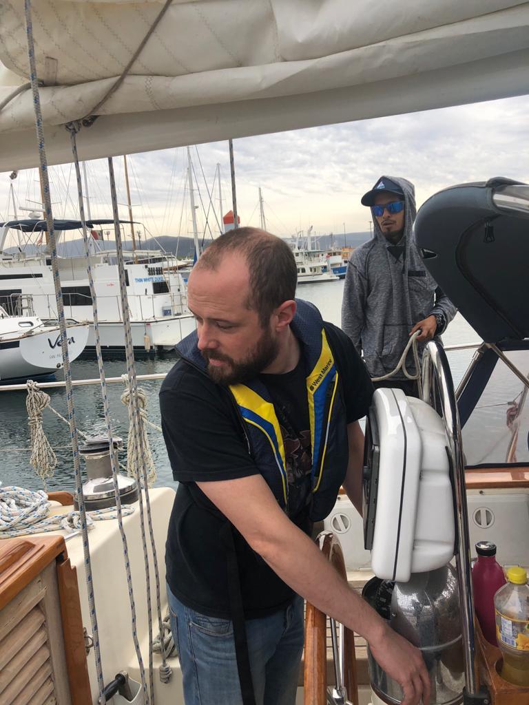 David concentré qui goûte à la vie en bateau
