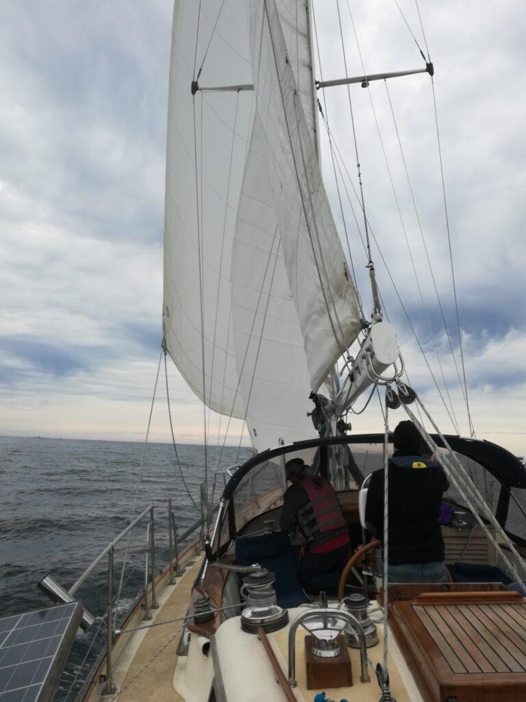 La voile est l'une des meilleures parties de la vie en bateau