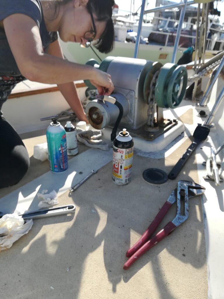 Une journée typique de la vie en bateau: réparer quelque chose
