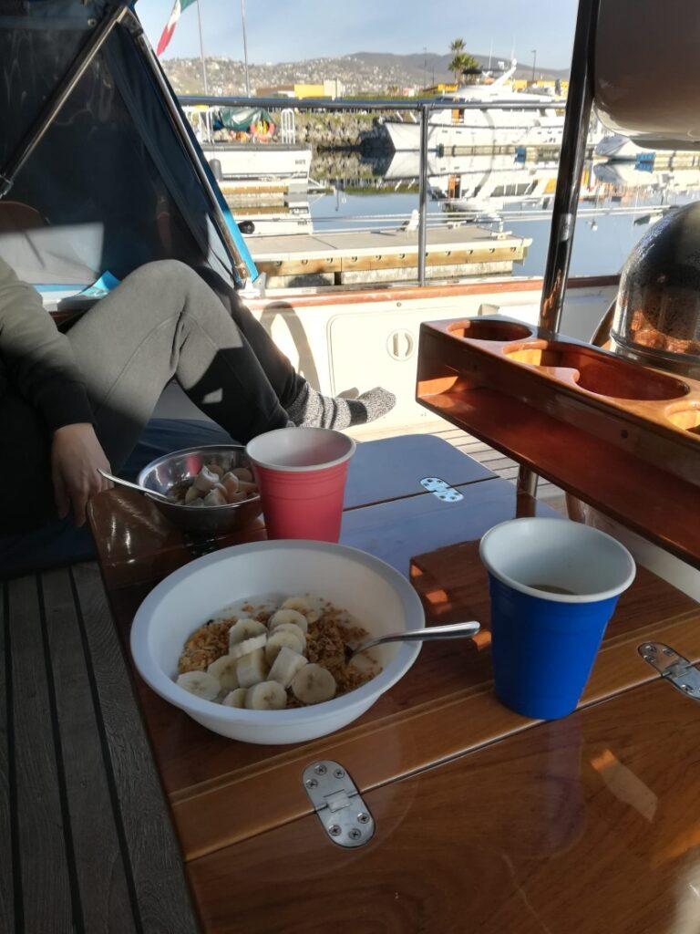 L'une des meilleures choses à propos de la vie en bateau est de profiter du petit-déjeuner avec vue