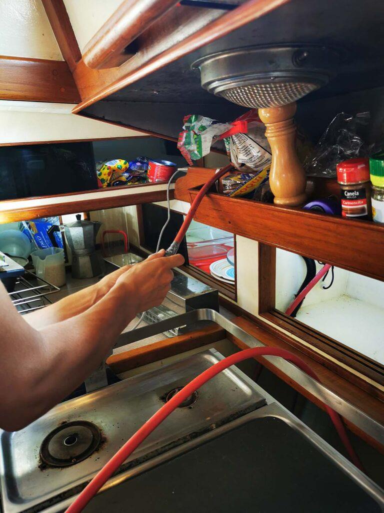 Cari mounting the gas hose