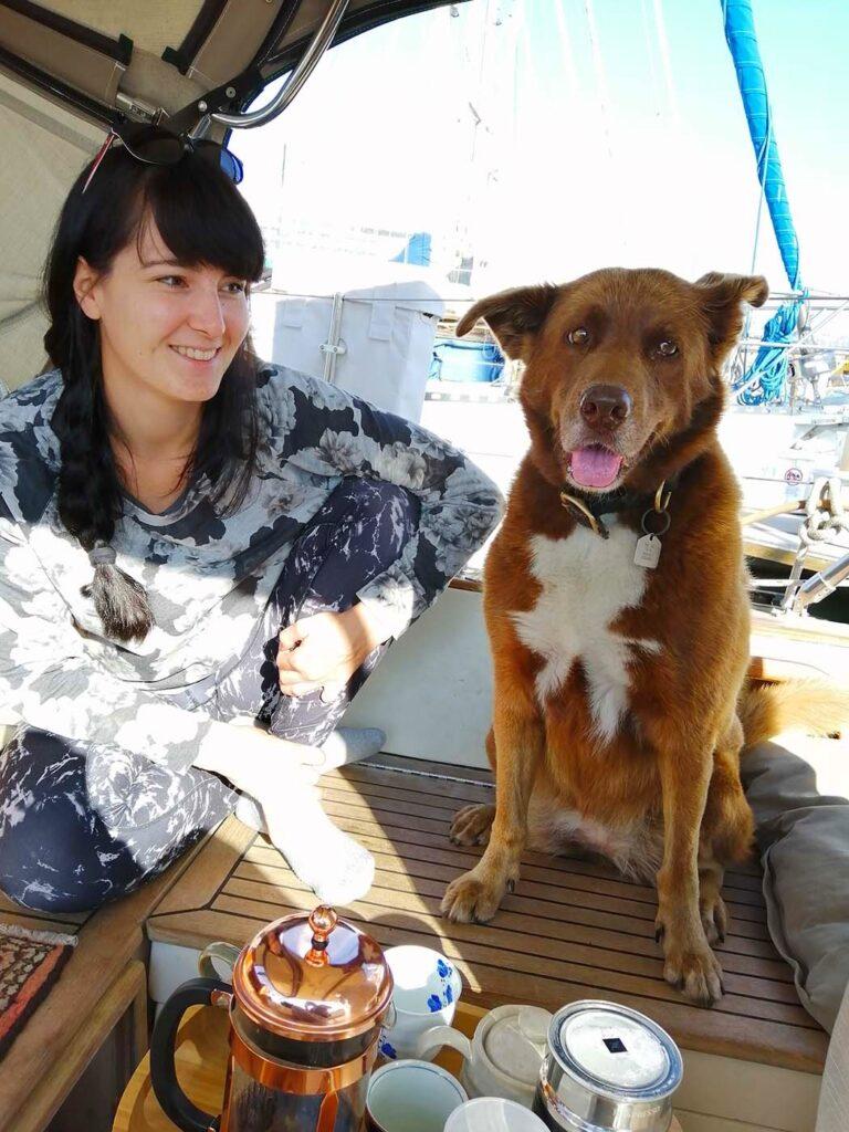 Pati et Sophia dans le cockpit pendant le rituel du café