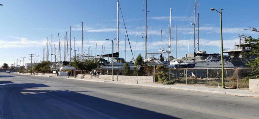 Boote hinter dem Zaun der Cabrales Boatyard