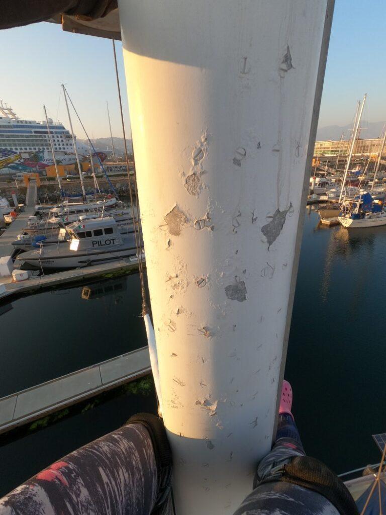 Peinture écaillée sur le mât avant le radoub du bateau