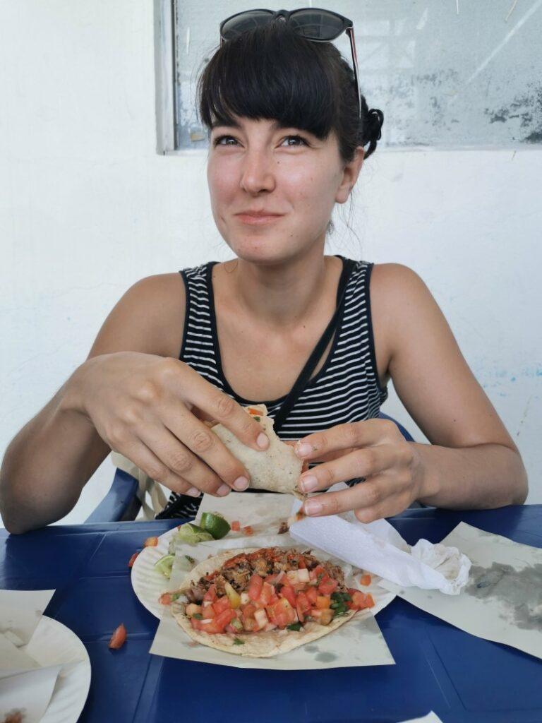 Heureuse Pati mange des tacos