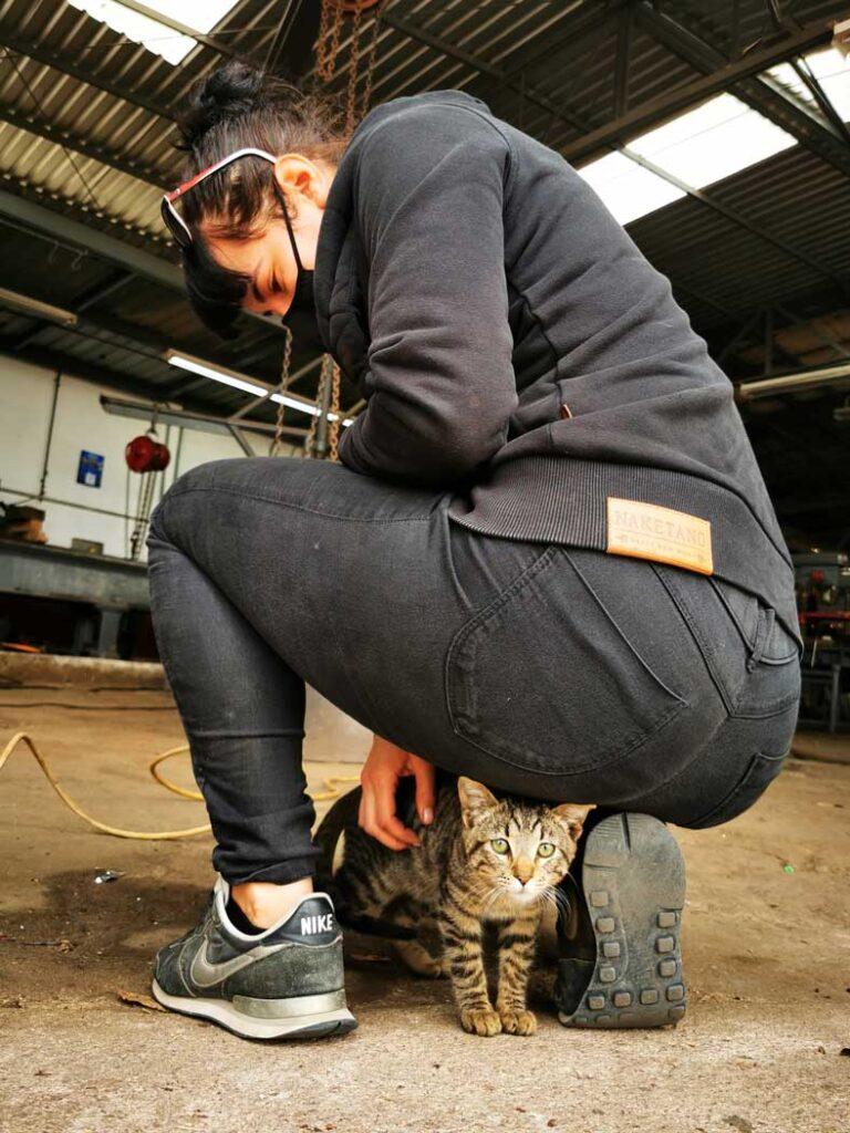 Pati caresse le chat de l'atelier