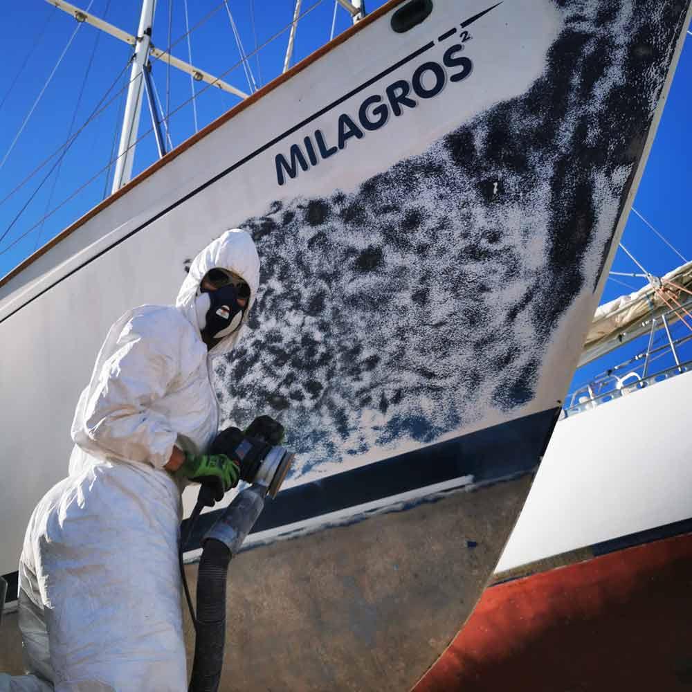 Ponçage du gelcoat sur un voilier