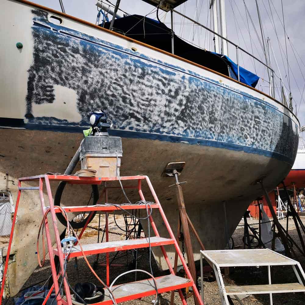 Gelcoat schleifen am Segelschiff