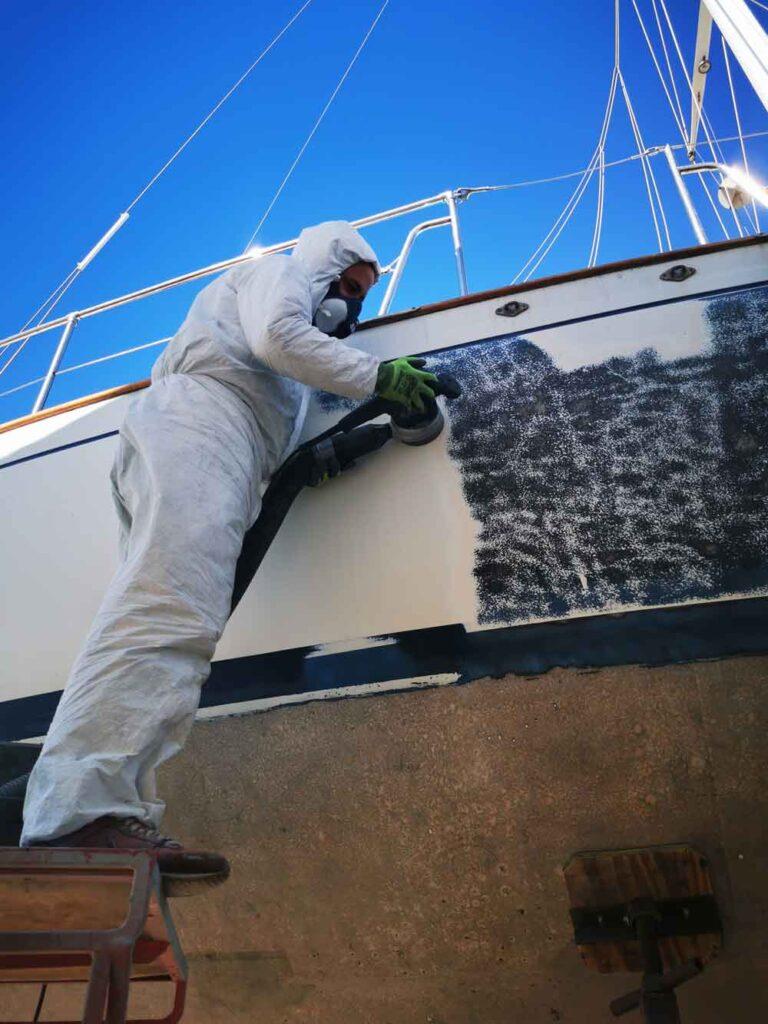Gelcoat Schleifen am Blauwasser Segelschiff