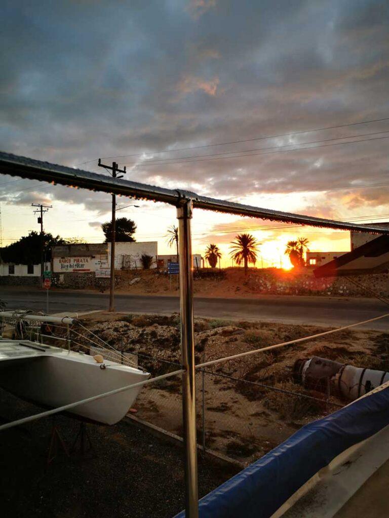 Gouttes d'eau sur la balustrade au coucher du soleil