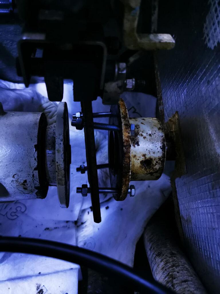 L'outil de retrait d'accouplement d'arbre est monté avec quatre boulons