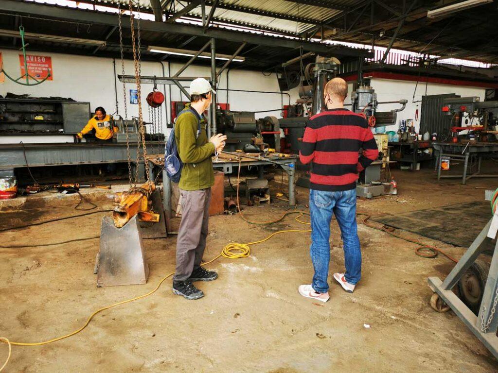 Les deux Daves discutent dans l'atelier de mécanique