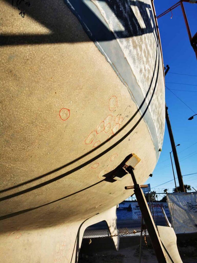 Traitements d'osmose sur une coque de voilier en fibre de verre nue