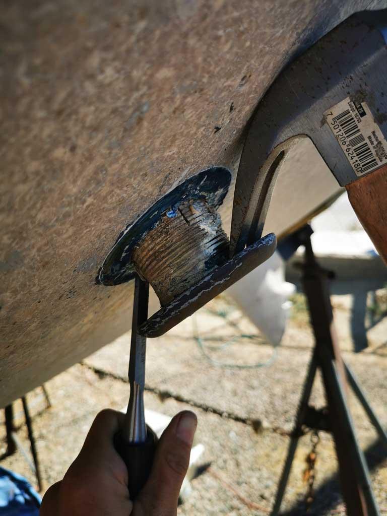 Retrait des passe-coques à l'aide d'un marteau et d'un ciseau