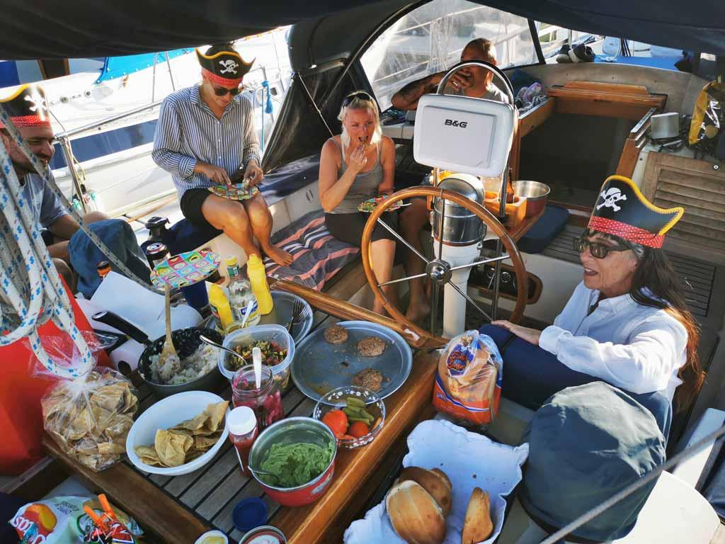 Fête communautaire des marins avec un grand buffet à Cruiseport Marina, Ensenada