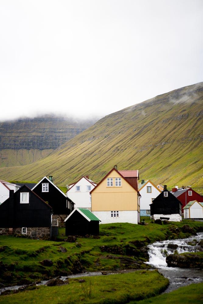 Ein Dorf auf den Färöer Inseln. Bild mit freundlicher Genehmigung von Katie Currid
