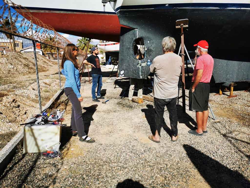 La communauté de voiliers tire l'hélice d'un voilier à Puerto Peñasco, Rocky Point