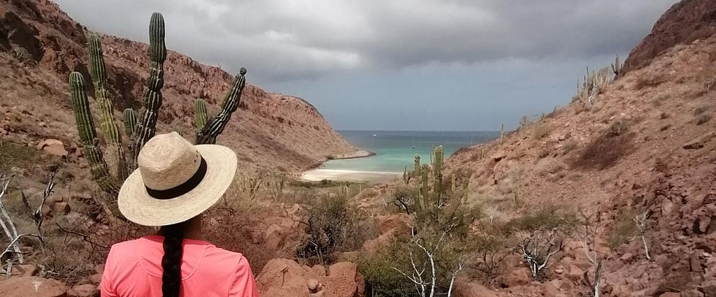 Patricia schaut in die El Mezteno Ankerbucht in der Sea of Cortez auf der Isla Ispiritu Santo in der Nähe von La Paz, Baja Calfornia, Mexiko